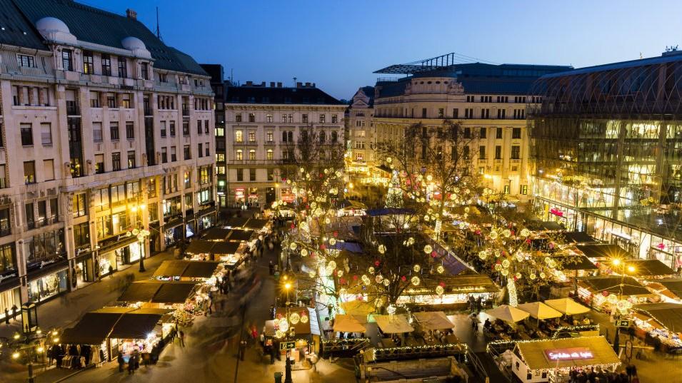 Elkezdődött a karácsonyi vásár a Vörösmarty téren